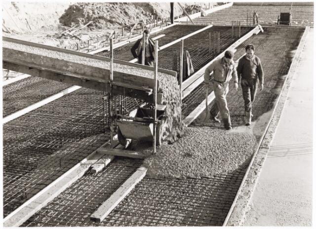 039217 - Volt, Algemeen, Gebouwen, Nieuwbouw t.b.v de gereedschapmakerij. Het storten van de keldervloer van hal ND op complex Noord in 1963.