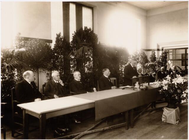 052225 - Onderwijs. Textielschool. Huldiging van de heer C.B. Janssens-Minderop, secretaris der Textielschool Tilburg, bij de herdenking van zijn 25-jarig bestuurslidmaatschap.V.l.n.r: W. de Rooij, J.K. Mercx, J. van de Mortel, H. Diepen, de jubilaris, Handels, J. Brands, A. Schoenmakers, J. Oldenkotte en A. Mutsaerts.