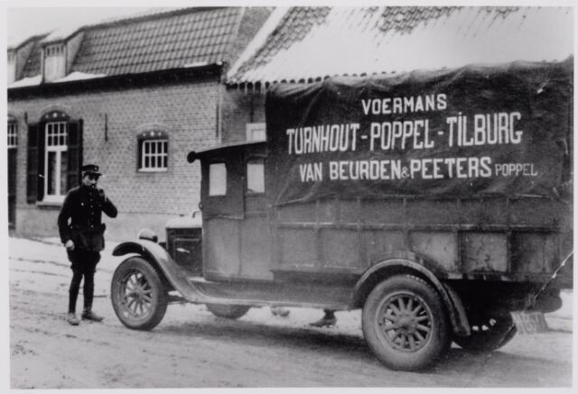 041490 - Openbaar vervoer. transportbedrijven, busondernemingen, taxi-vervoer.  Voerman van Beurden & Peeters reed Turnhout-Poppel-Tilburg v.v. Hij had het kenteken van Noord-Brabant: N 8577.
