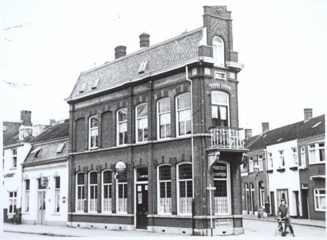 027296 - Café Spoorzicht, J.L. Hanssen (202). Links: Koestraat. Rechts: Enschotsestraat.
