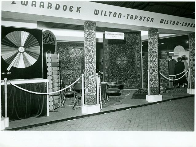 054974 - Presentatie van de firma Van Besouw in de Zuiderpoort. Textielindustrie