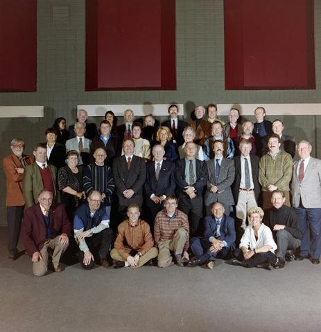 1237_001_070_002 - Creatief. De viering van 25 jaar FAK Lumen, de vereniging voor Foto- en videografie in Goirle in april 1997. Groepsfoto van de leden.