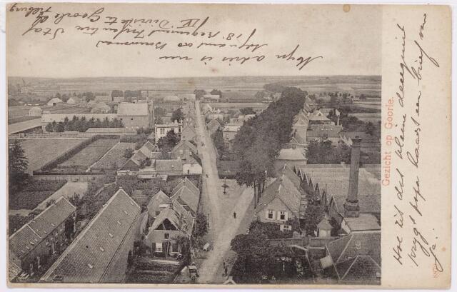 046481 - Gezicht op de noordzijde van Goirle gezien vanuit de kerktoren. Rechts de Tilburgseweg, links de Kloosterstraat. In het midden op de voorgrond wordt een nieuw dak gelegd op het pand van de familie Snels-Klijs. Geheel rechts de schoorsteen van textielfabriek Van de Lisdonk. Geheel links de schoolgebouwen, die haaks op het nonnenklooster aan de Bergstraat stonden.