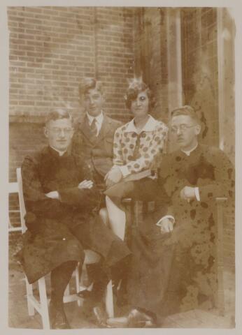 049097 - Van links naar rechts Karel, Paul, Ernestine en Frans de Beer (zie fotonr. 49089)