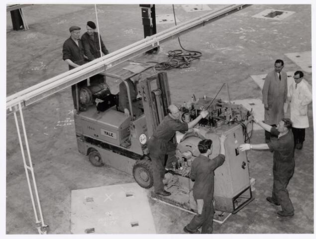 039032 - Volt. Productie of fabricage. Metaalwaren, onderdelen. Verhuizing van zuid naar noord in 1979. Rechts met donkere stofjas Dhr. Jos Verelst, baas in die afdeling. Staand op de pallet Kees Brokken en voor hem Piet Franc.