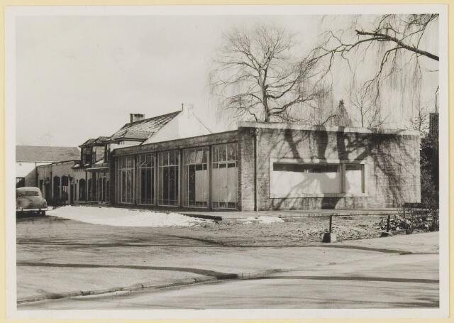 073855 - Gemullenhoekenweg de 'Weijenbergh' toen nog boerderij, alsmede cafe restaurant 'Gemullenhoeken' en de hoek met de Kivietslaan.