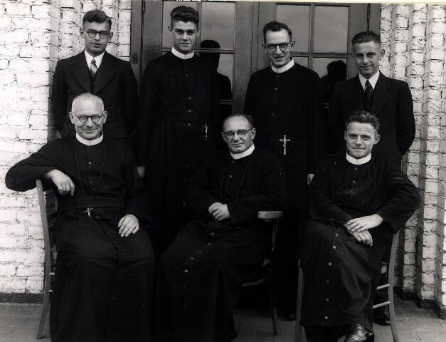 055040 - Onderwijzend personeel van de r.k. lagere jongensschool St. Joseph te Oisterwijk.