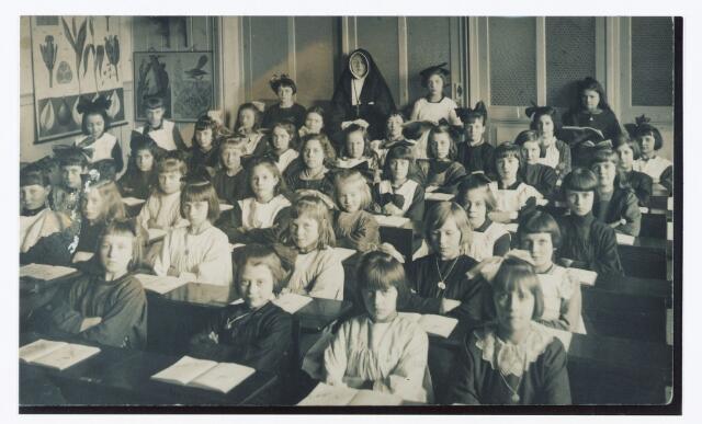 051369 - Basisonderwijs.  Klassenfoto r.k. lagere school. Meisjesschool Heikant.