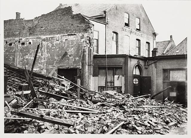 012423 - Tweede Wereldoorlog. Bevrijding. Vijf dagen na de bevrijding vernielde een door de Duitsers geplaatste tijdbom de Harmonie-bioscoop in de Stationsstraat. Als door een wonder vielen hierbij geen dodelijke slachtoffers