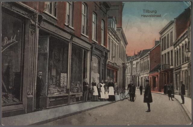 011352 - Heuvelstraat vanaf de Heuvel richting Willem II-straat. Kledingmagazijn Van den Brekel op de hoek van de Juliana van Stolbergstraat.