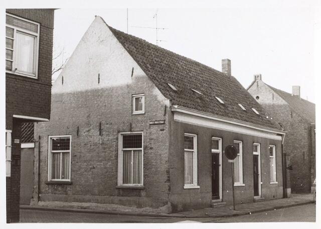 015298 - Panden Bisschop Zwijsenstraat 105 (rechts) en 107 (links). De straat links is de Hoogtedwarsstraat