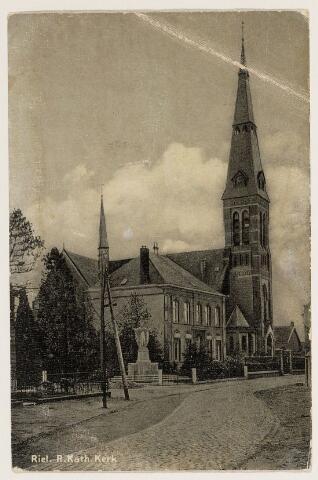 065261 - R.K. Antoniuskerk in Riel werd in 1895 gebouwd ter vervanging van de oudere kerk; de pastorie werd gebouwd in 1870; in 1927 werd het H. Hartbeeld geplaatst