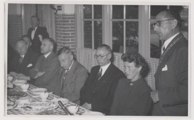 080995 - Eendracht van hoofd en hand Bracht hier groot werk tot stand  Gedenksteen gelegd door de Directeur - Generaal van de Wederopbouw en Volkhuisvesting Dr. Ir. Z.Y. van der Meer 26 mei 1952. Vanaf rechts: De heer en mevrouw Verhoeven, de heer van der Meer, de heer de Quay.