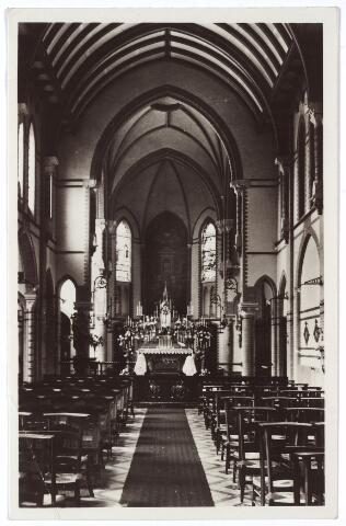 001404 - Twee novicen van de congregatie der Religieuzen van O.L.V. van het Cenakel, biddend voor het hoogaltaar in de kapel van het klooster en retraitehuis aan de Koningshoeven, nu Kempenbaan.