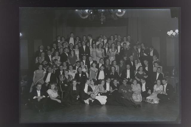 654933 - Groepsfoto van jonge mannen en hun dames in galakleding. Feestavond.