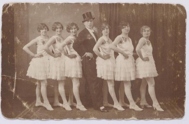 043871 - Tilburgse revue. In het midden A.M. (Ad) Kruisselberge (1901-1960) eigenaar van een dansschool in Tilburg.