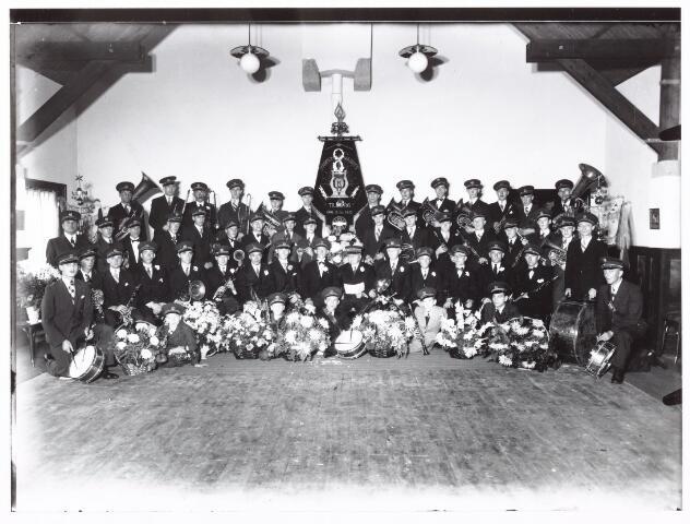 052595 - Muziekleven. Harmonie Opwaarts, opgericht te Tilburg op 15 oktober 1913. foto: bestuur en leden b.g.v. het 25-jarig bestaan.