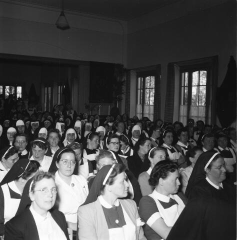 050485 - Het Wit-Gele Kruis, katholieke bond op het gebied van zieken- en gezondheidszorg. Provinciale Noord Brabantse Bond. Wijkverpleegstersdag 1954. Voorzitter: dr. C.J.M. Mol, mgr. prof. dr. F. Eeron, prof. dr. J. de Quaij en mgr. Hendriks.