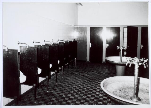 019450 - Textielindustrie. Personeel. Toiletten en wasbakken in wollenstoffenfabriek H.F.C. Enneking