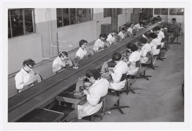 039063 - Volt. Zuid. Productie, fabricage van tuners of kanalenkiezers in de O hallen rond 1960. Hier het aanmaken  van sub.samenstellingen.