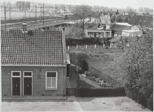 030267 - Gezicht op de 'Bokhamer' vanaf het viaduct aan de Ringbaan-West. Bij de trein de bewaakte overweg in de Reitsestraat-Reitse Hoevenstraat (opgeheven in 1967).