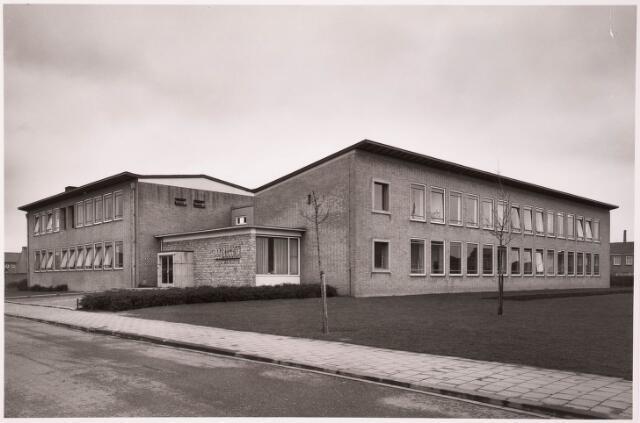 """033207 - Voor- en de zijgevel van de huishoudschool """"Ancilla Domini """" aan het Textielplein 86; het kustwerk tegen de muur van metselwerk van Hans Claesen"""