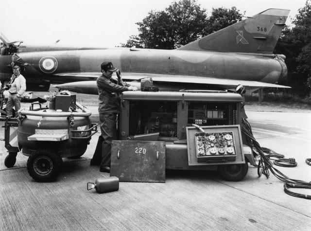 1238_F0051 - Man aan het werk aan een vliegtuig op vliegbasis Gilze-Rijen