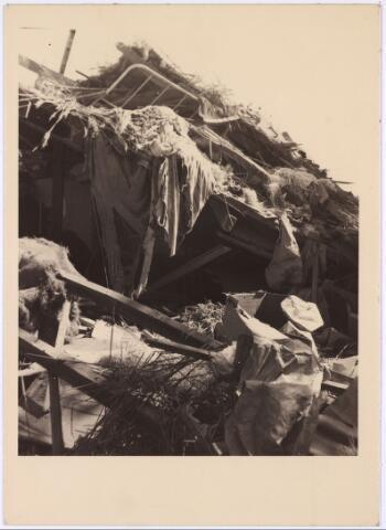 013552 - WOII; WO2; Tweede Wereldoorlog. Bombardement. Bominslag in enkele huizen in de St. Josephstraat, hoek Hoogvensestraat op 31 juli 1942