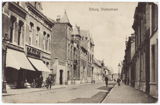 002600 - Stationsstraat richting Spoorlaan Aan de linkszijde v.l.n.r. de bakkerij van Verbiesen, de slagerij van Moors, het kantoor van de Rijks Belastingen, het pand van oogarts Napoleon Sassen en het kantoor van de Geldersche Credietvereeniging.