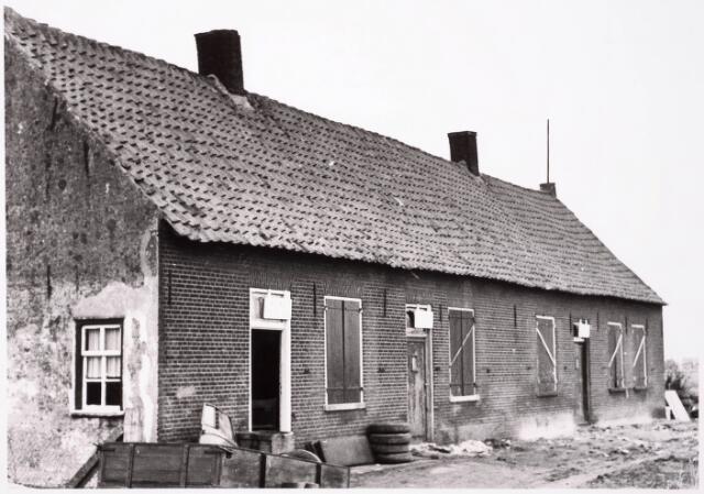 033035 - Voorgevels van de op 24 april 1964 onbewoonbaar verklaarde woningen Achterweg 7, 9 en 11; omdat voor de bewoners de fam de Laat, de familie Dankhof en de familie de Haan nog geen vervangende woonruimte aanwezig was mochten zij zolang blijven wonen, maar de 3 gezinnen kregen te kampen met een drinkwaterprobleem omdat er geen waterleiding was en de put geen water gaf; met emmers werd water gehaald bij de buren en voor de was haalde men water uit het kanaal.