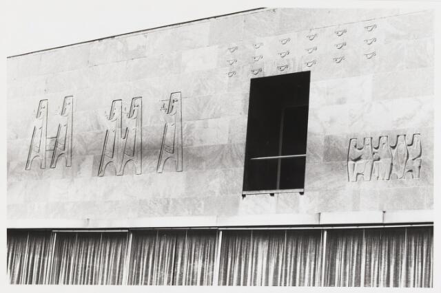 067788 - DE VIJF WIJZE EN DE VIJF DWAZE MAAGDEN (Mt. 25, 1-13). Muurreliëf van Jan VAES (Den Bosch 1927-Breda 1994), met toepassing van de sgraffito-techniek. Links, met olielamp, de vijf wijze maagden afgebeeld. Lokatie: Universiteit van Tilburg, atrium van gebouw A (later: Cobbenhagen gebouw). Geschenk van de Tilburgse Academische Kring bij de opening van het nieuwe gebouw in 1964. Trefwoorden: Kunst, openbare ruimte.