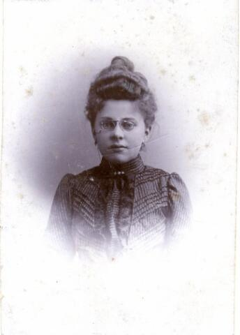 603321 - Familie Dekkers - Marsé, Tilburg. Adriana Maria Catharina Marsé, geboren in Tilburg op 19-10-1878  en overleden in Tilburg op 20-02-1938. Opschrift achterkant: 'Tante Jeane'