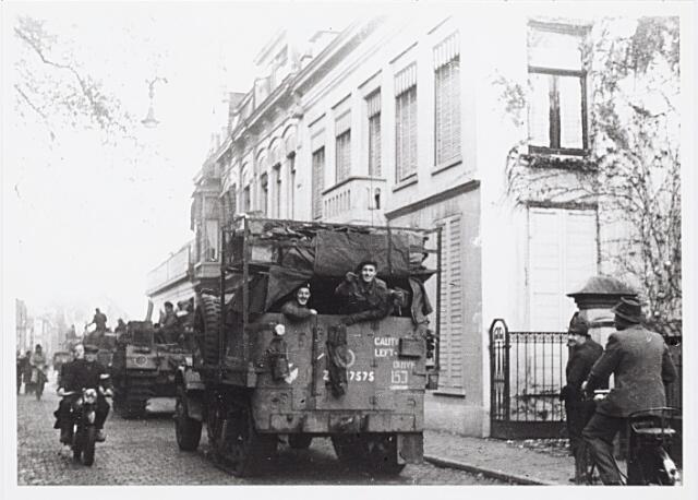 012233 - WO2 ; WOII ; Tweede Wereldoorlog. Bevrijding. Geallieerde gevechtsvoertuigen in de Zomerstraat begeven zich naar de Bredaseweg