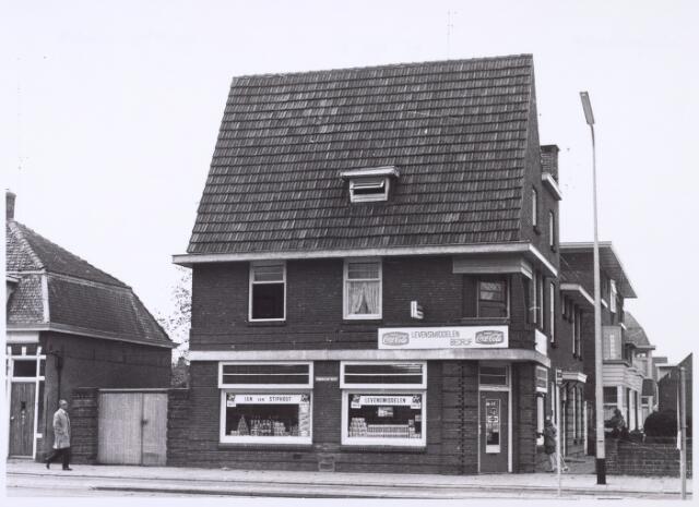 016396 - De levensmiddelenzaak van Jan van Stiphout aan de Bredaseweg