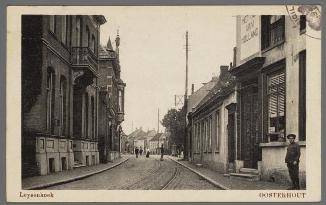 """102935 - Inkijk in de Leijsenhoek tussen de Markt en de Waterloostraat. Rechts het caf'e """"Hof van Holland"""" dat nog steeds dezelfde bestemmming heeft en weinig van zijn  authentieke karakter heeft verloren."""