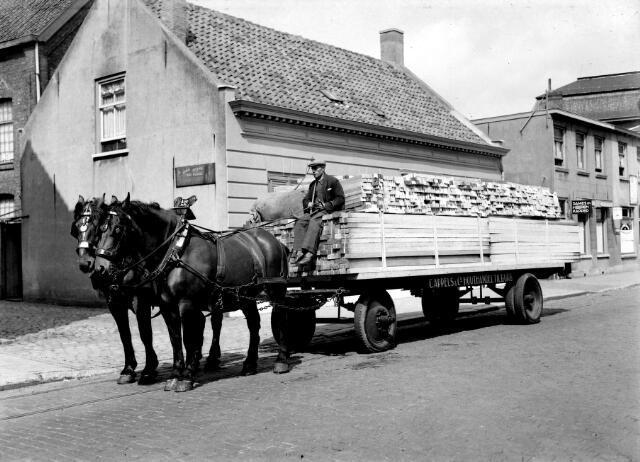 650541 - Schmidlin. De transportwagen van houthandel C. Appels en Co., gefotografeerd door de toegangspoort van het bedrijf aan de Goirkestraat.