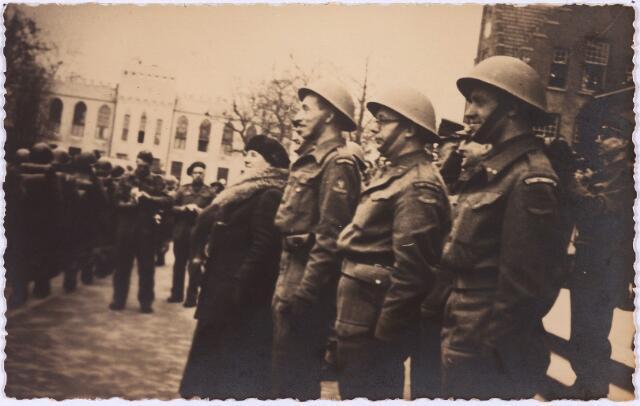 012745 - Tweede Wereldoorlog. Koninklijk bezoek. Koningin Wilhelmina kijkt samen met enkele officieren naar het korps Stoottroepen dat paradeert op de Markt tijdens haar bezoek aan bevrijd Tilburg op 18 maart 1945