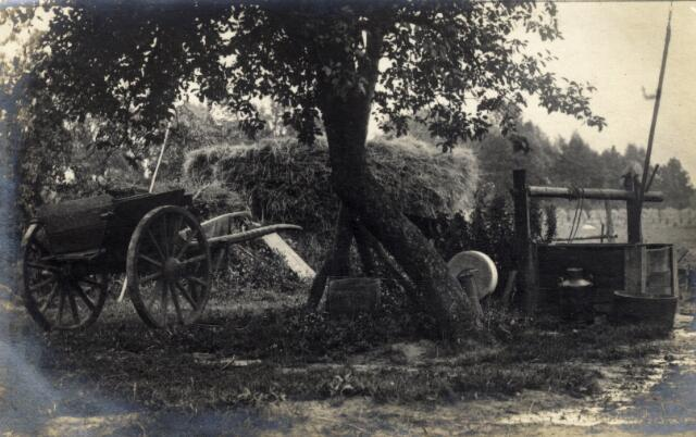 650572 - Schmidlin. Erf van een boerderij met kar, hooiberg, waterput, melkbus, slijpsteen bij omstreeks 1929
