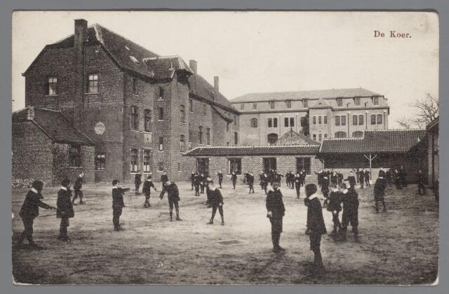 065572 - Onderwijs. Een gezicht op de koer van het juvinaat van de Congregatie van de  broeders van de Christelijke scholen gesticht in 1910 samen met het klooster en de normaalschool aan de Pastoor de Katerstraat 7 te Baarle Hertog. In 1932 bouw van de kweekschool St. Jean Baptist de la Salle. In 1972 vertrokken de laatste broeders, nu gemeenschapshuis; achter het klooster gymnastiekzaal 1930; Amsterdamse Schoolstijl bedoeld voor beide scholen; er ligt een fraaie tuin achter het klooster met grote gazons en vele mooie en grote bomen.