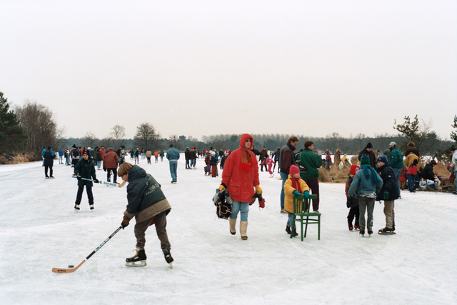 1237_010_756_029 - Winter. Schaatsen. IJspret bij natuurijsbaan de Flaes in de bossen van landgoed De Utrecht bij Esbeek. Mensen vermaken zich op het bevroren ven.