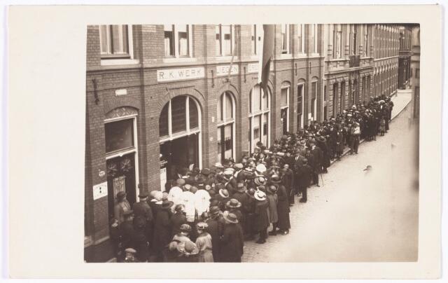 008616 - In de rij voor de missietentoonstelling in de Rooms Katholieke Werklieden Vereniging (De Gildenbond) aan de Tuinstraat mei 1923. Voor alle Tilburgse lagere scholen was een speciaal bezoekrooster opgesteld.