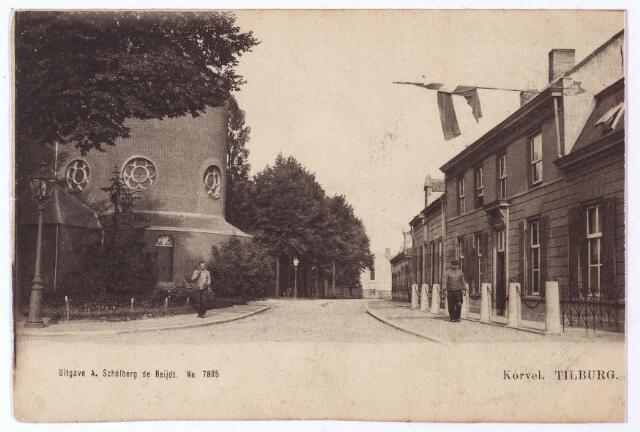 001509 - Zuidzijde van Korvel, vanaf 1941 Korvelplein. De weg gaat richting Oerle. Links de absis van de voormalige parochiekerk van Korvel. Rechts de voormalige pastorie, afgebroken eind 1904 begin 1905. De nieuwe pastorie werd betrokken op 28 november 1904.
