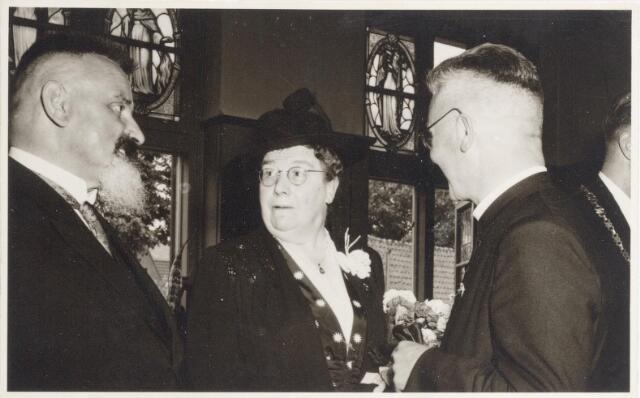 047322 - Onderonsje van secretaris A. Smits, mevrouw Elsen en pastoor van Riel tijdens de receptie na de installatie van burgemeester G.L. Elsen.