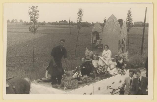 """080850 - WOII; WO2; Bevrijding Udenhout 1945. De optocht. """"Arbeid- vrede- .....""""."""