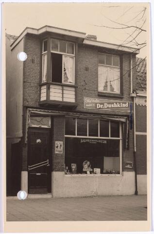 022222 - De tabakswinkel van W. van de Broek in de Hoefakkerstraat in 1957