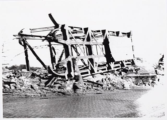 012333 - WO2 ; WOII ; Tweede Wereldoorlog. Vernielingen. Een deel van de opgeblazen spoorbrug is door de geallieerden langs de kant van de weg gezet