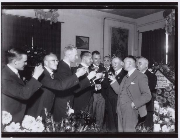 054048 - Sport. Voetbal. Willem II. Een toast ter gelegenheid van het 40 jarig bestaan van Willem II. Op de foto het bestuur en enkele vooraanstaande leden van de club.