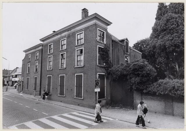 102087 - Zuidgevel van het pand van de fam Smits aan de Heuvelstraat 10. Verticale lijn op het gebouw is de hoofdingang, waar een steen is ingemetseld met het jaartal 1840