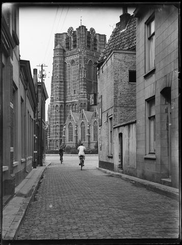 105053 - Klappeijstraat richting de Markt met de Sint Jansbasiliek. Vooraan links café De Beurs en rechts de sigarenwinkel van Victor Neomagus.
