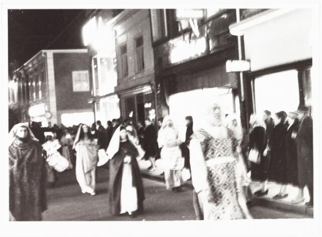 009041 - Driekoningen stoet in de Heuvelstraat. (1960)